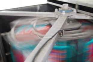 カゴ台車一体型プラコン洗浄脱水乾燥機(脱水乾燥中)